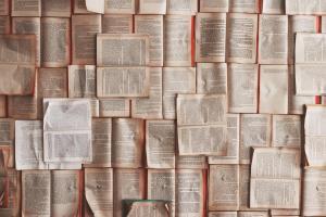 Viele aufgeschlagene Bücher über- und nebeneinander