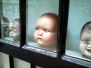 Puppenköpfe in Schaufenster